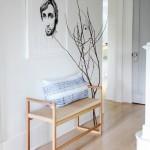 Basta poco, una seduta, un cuscino e un quadro e si veste l'ingresso